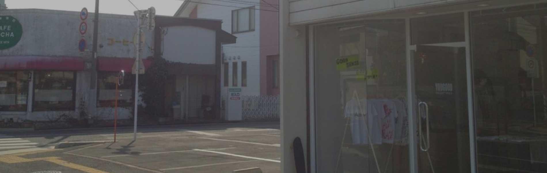 街の小さな広告舎